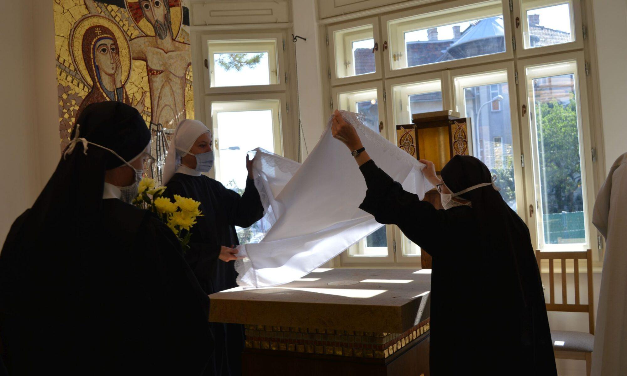 Položení liturgických rouch na oltář